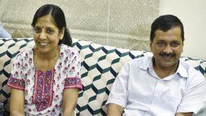 दिल्ली: सीएम अरविंद केजरीवाल हुए आइसोलेट, पत्नी सुनीता हुईं कोरोना पॉजिटिव