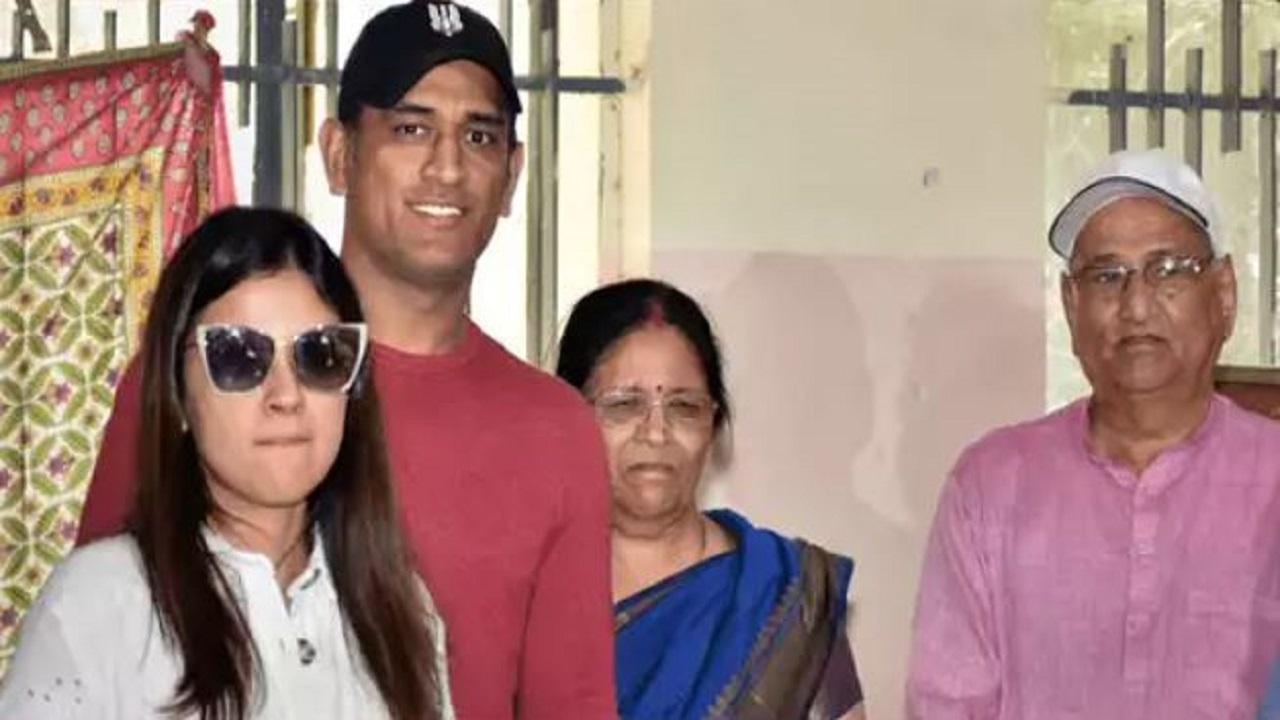 दिग्गज क्रिकेटर धोनी के माता-पिता आए कोरोना की चपेट में, रांची के अस्पताल में भर्ती