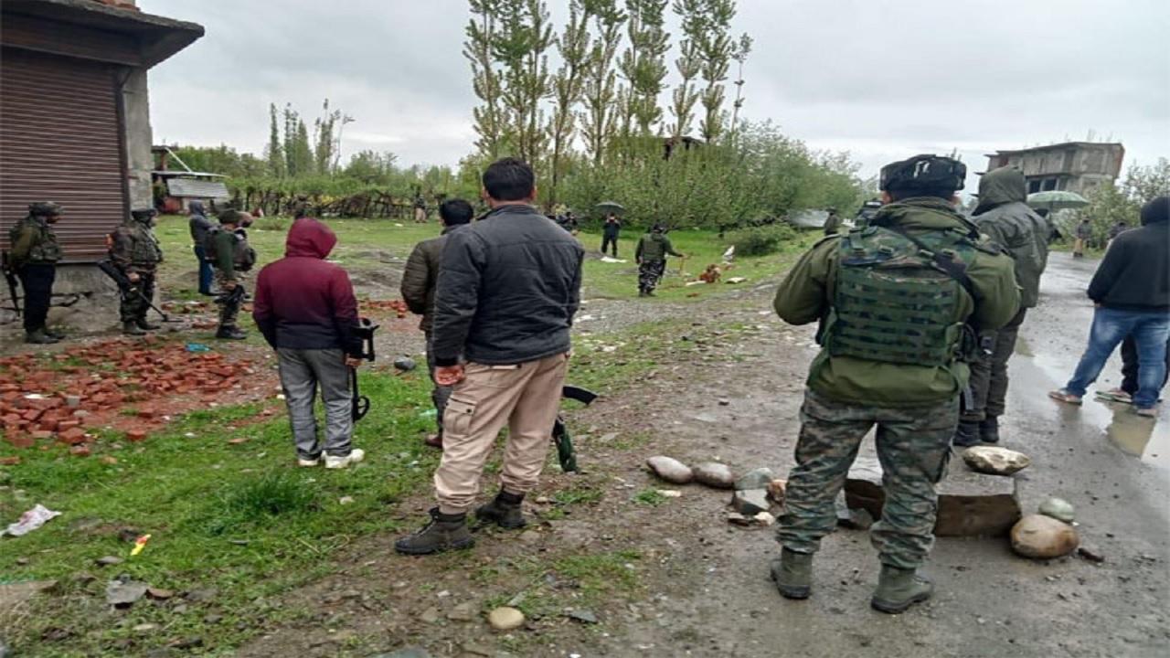 जम्मू कश्मीर: सुरक्षाबलों ने नारनाग जंगल में एक आतंकी ठिकाने को ध्वस्त किया, भारी मात्रा में हथियार बरामद