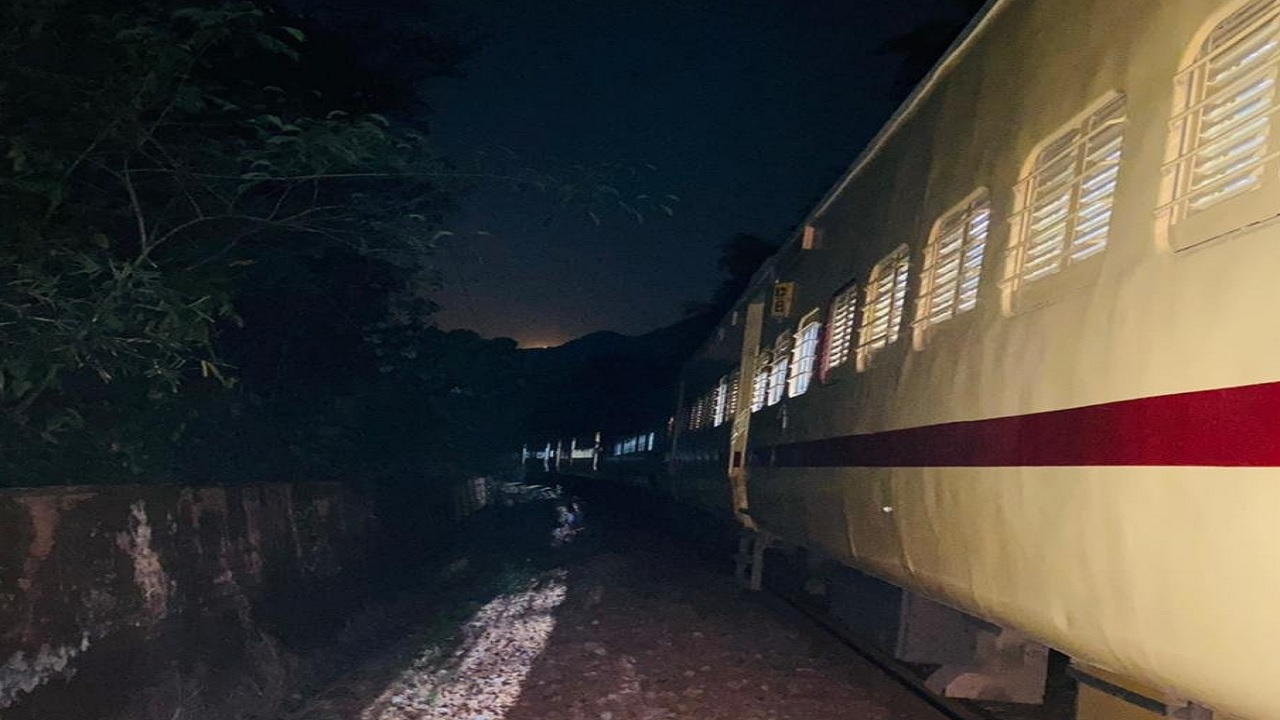 छत्तीसगढ़: नक्सली खतरे को देखते हुए बड़ा फैसला, एक महीने तक दक्षिण बस्तर के लिए एक्सप्रेस ट्रेन बंद