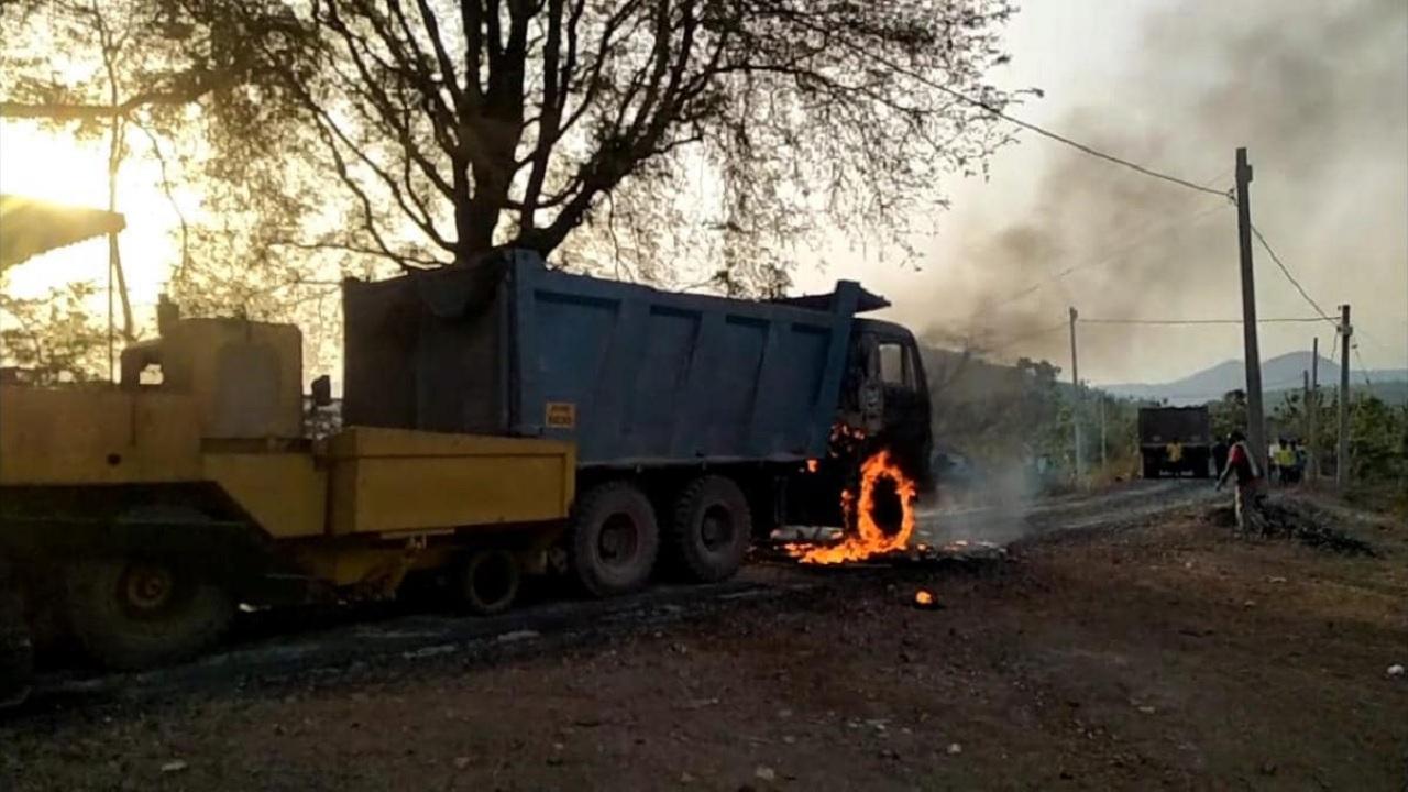 झारखंड: पश्चिम सिंहभूम में नक्सलियों ने मचाया उत्पात, सड़क निर्माण में लगे वाहनों में लगाई आग