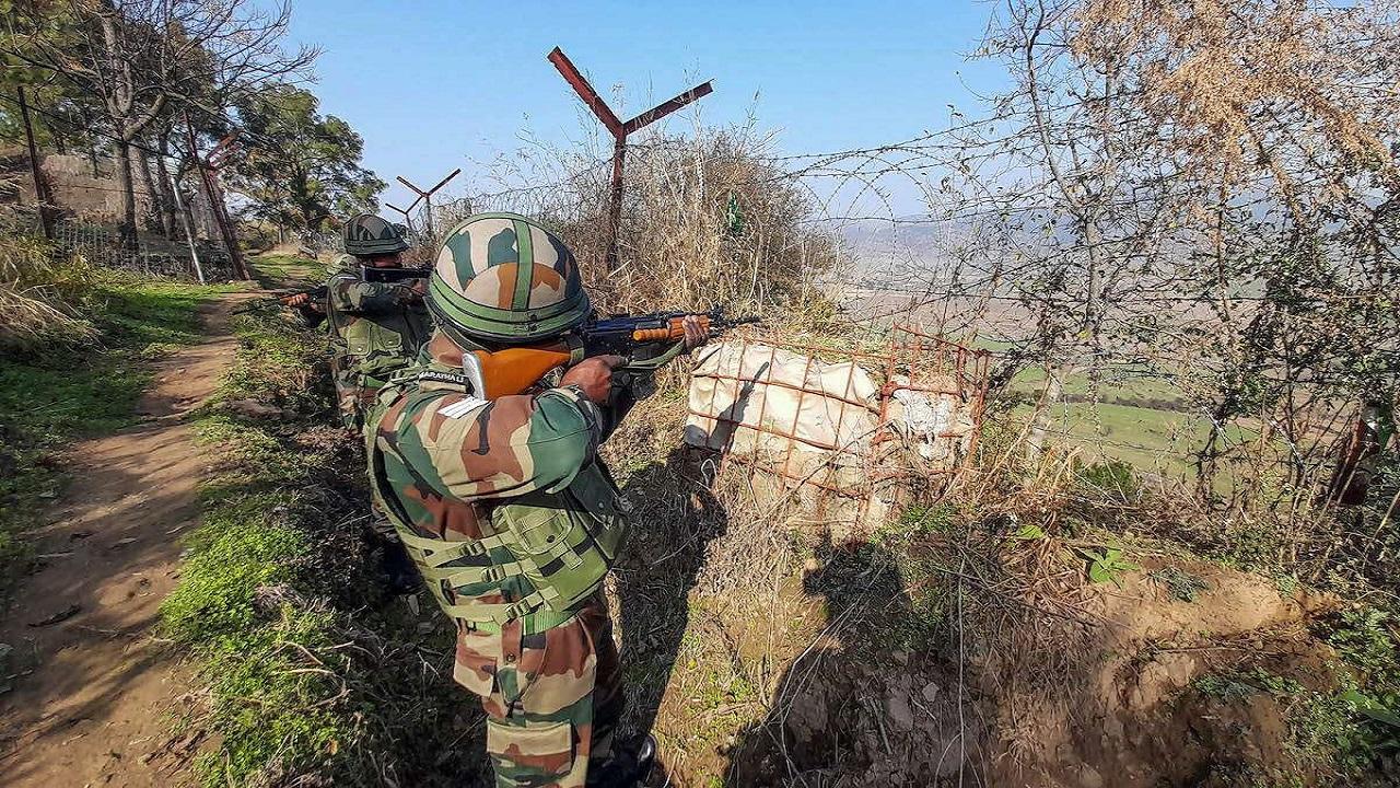 जम्मू कश्मीर: अरनिया सेक्टर में पाक सेना ने किया सीजफायर का उल्लंघन, सफाई कार्य में लगी जेसीबी मशीन को बनाया निशाना