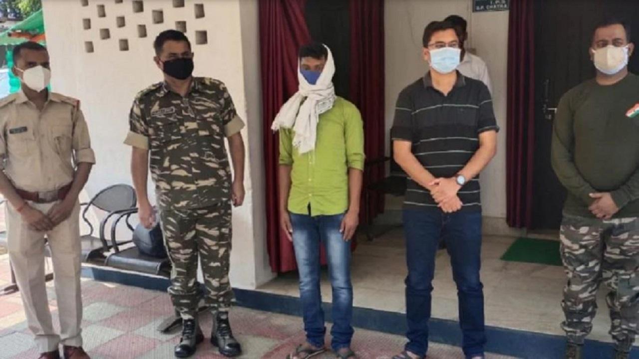 Jharkhand: चतरा में 5 लाख के इनामी नक्सली कमांडर ने किया सरेंडर, लंबे समय से पुलिस को थी तलाश