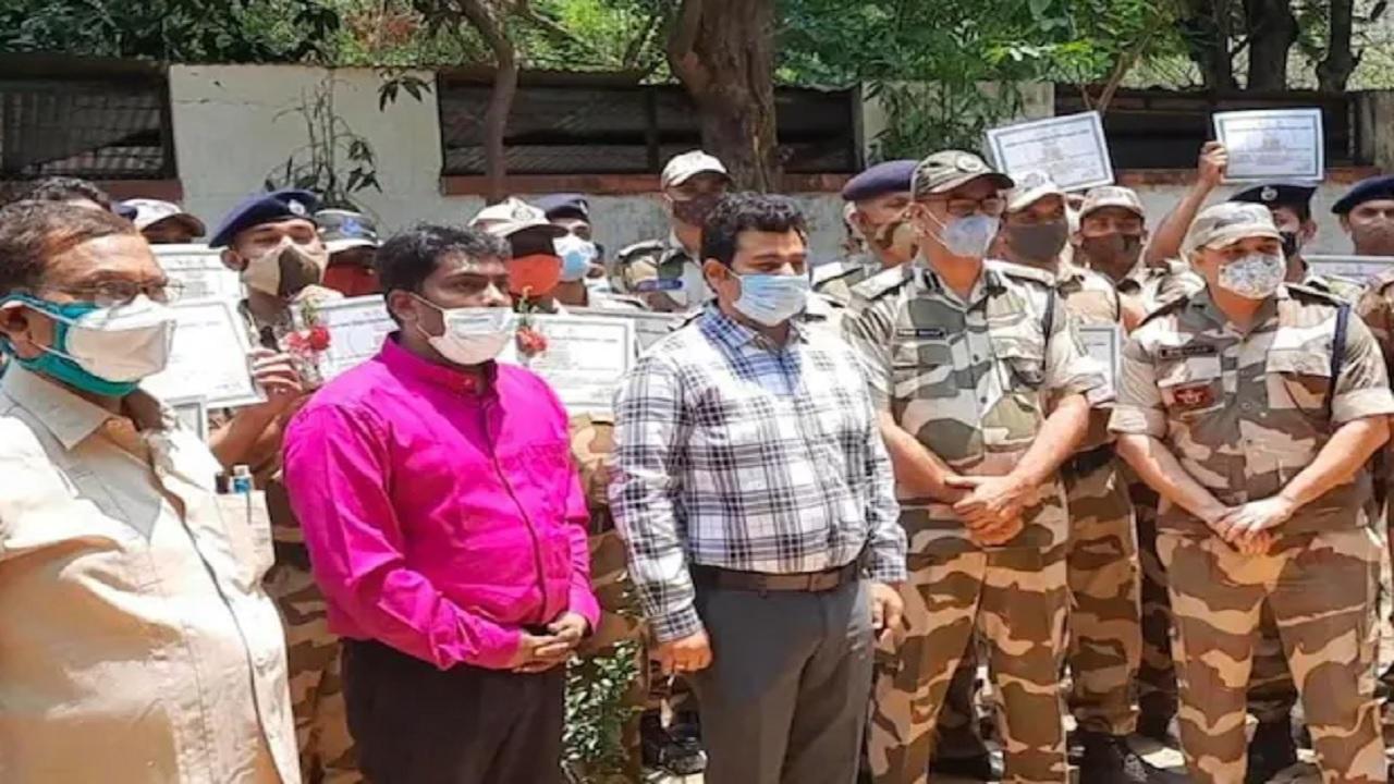 झारखंड: प्लाज्मा देकर कोरोना मरीजों की जान बचा रहे CISF के जवान, सर्टिफिकेट देकर किया गया सम्मानित