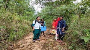 International Nurses Day 2021: 8 साल से नक्सल प्रभावित इलाके में लोगों का इलाज कर रहीं ये नर्स, हर रोज तय करती हैं 40 किलोमीटर का पैदल सफर