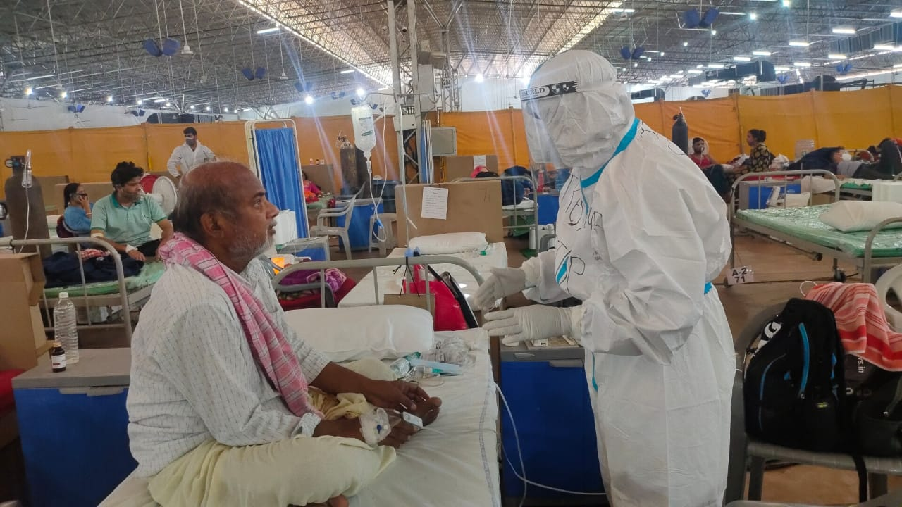 सरदार पटेल कोविड केयर सेंटर में कोरोना मरीजों की ऐसे मदद कर रही ITBP, देखें PHOTOS
