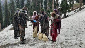 जम्मू-कश्मीर: बर्फबारी में फंसे परिवार को 11 हजार फीट ऊपर सेना ने पहुंचाई मदद, 24 घंटे की कड़ी मेहनत