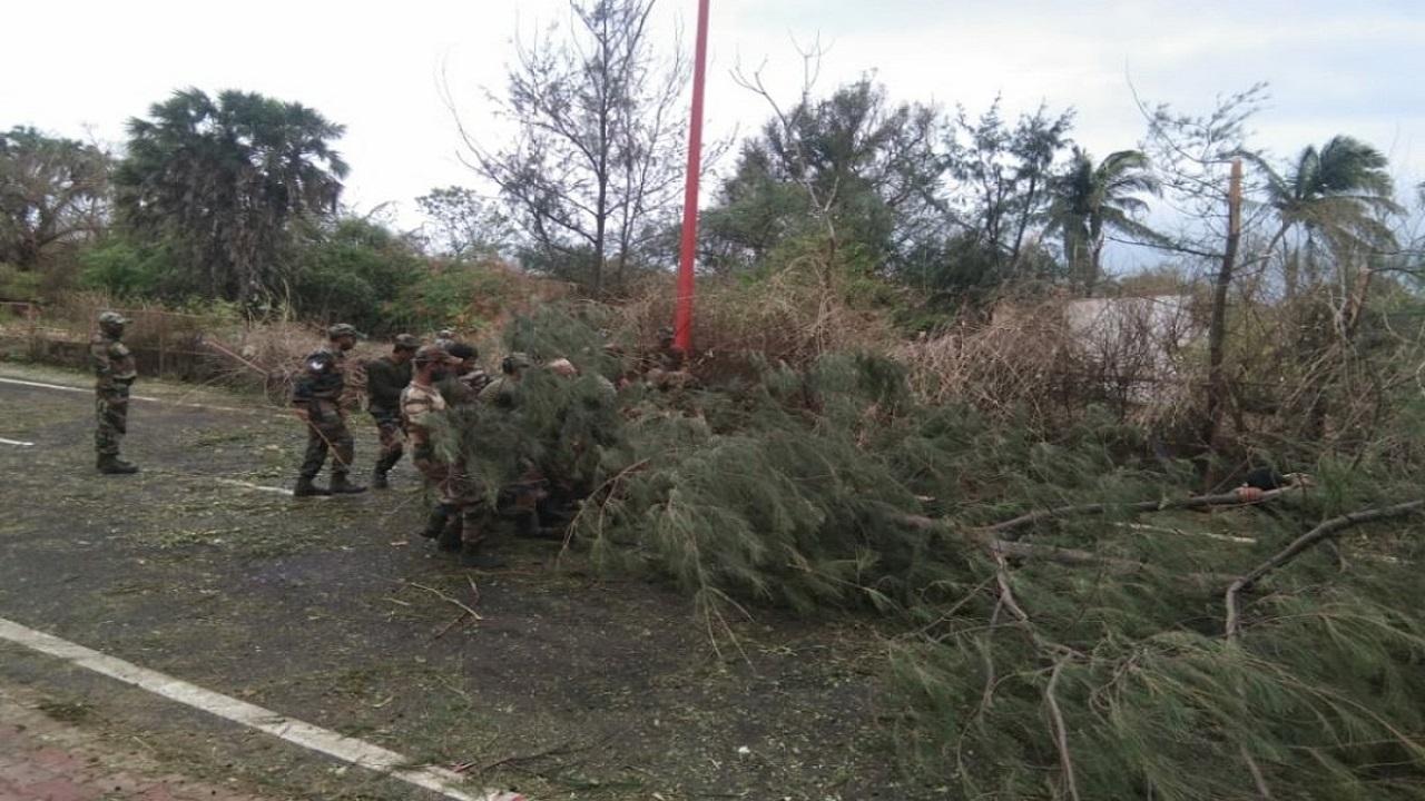 'ताउते' से मची तबाही के बाद Indian Army का राहत और बचाव अभियान जारी, देखें PHOTOS