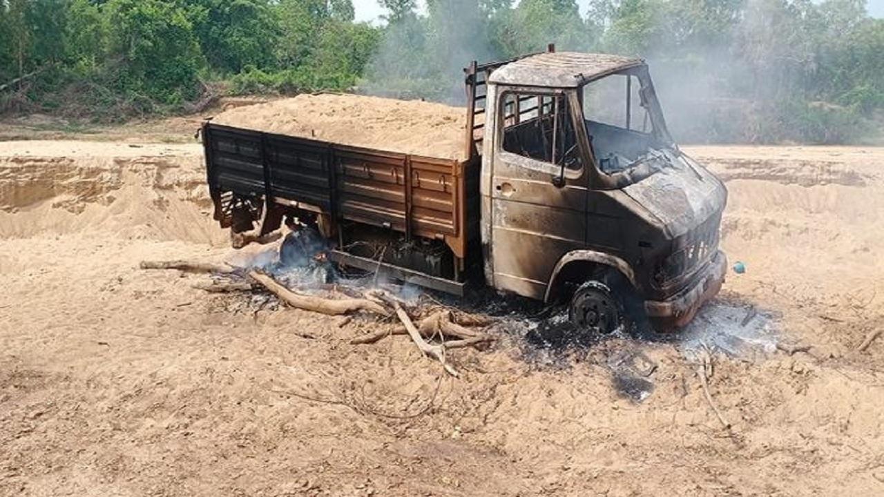 छत्तीसगढ़: बीजापुर में नक्सलियों ने मचाया उत्पात, चेरपाल में मेटाडोर में लगाई आग