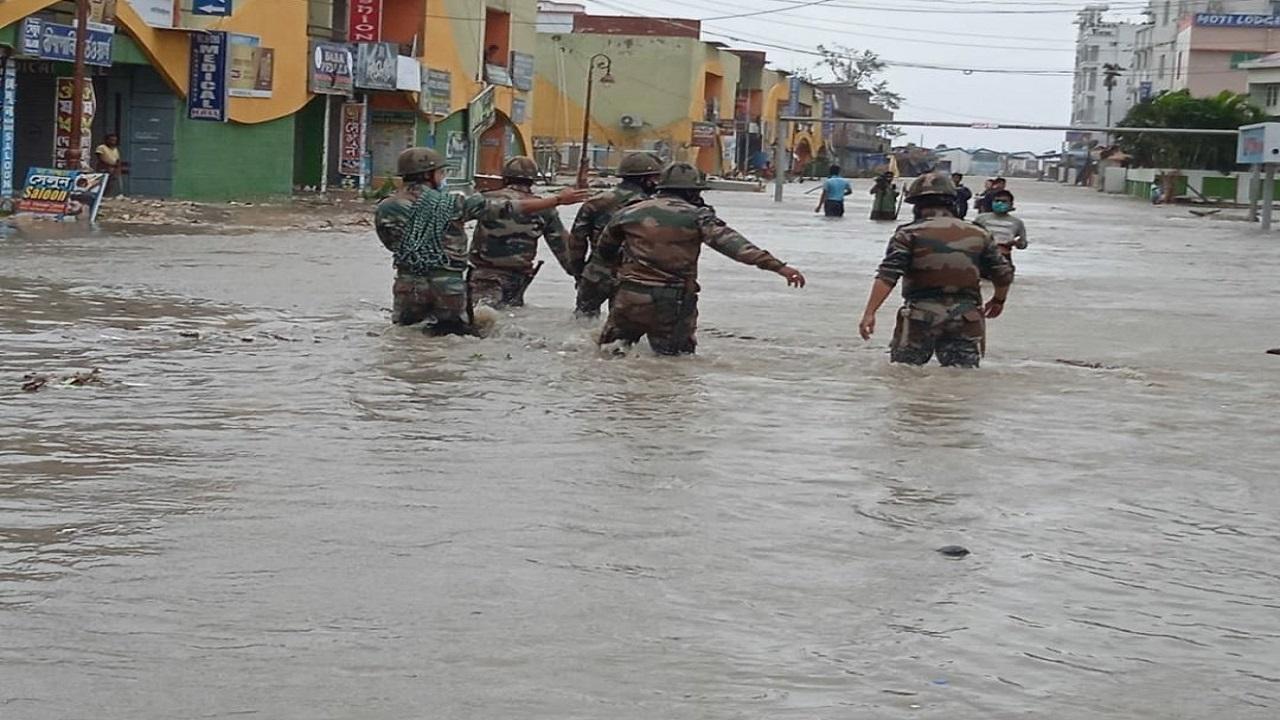 Cyclone 'Yaas' से हो रही तबाही के बीच राहत कार्य में जुटी Indian Army, देखें PHOTOS