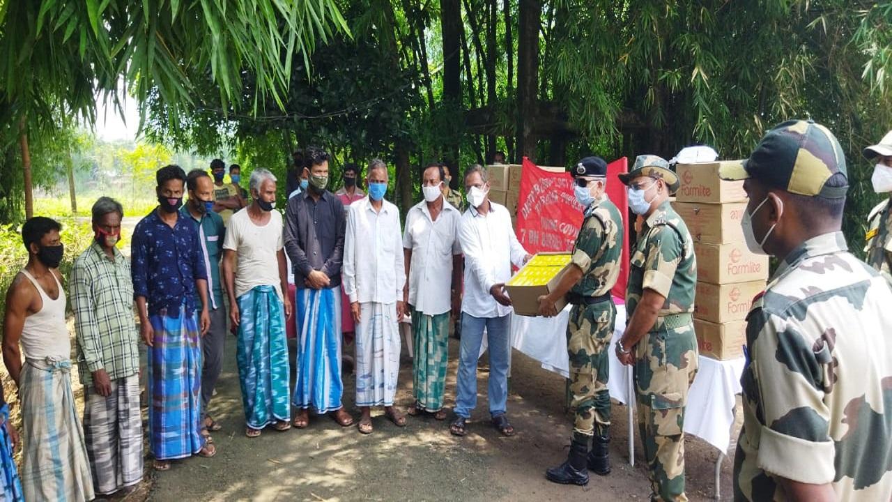 कोविड-19 के बीच BSF कर रही लोगों की मदद, पहुंचा रही जरूरत का सामान; देखें PHOTOS