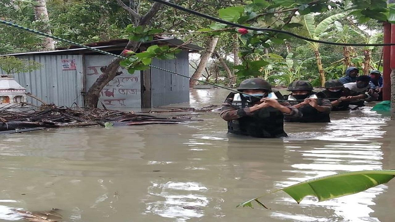 Indian Army ने Cyclone 'Yaas' से आई तबाही के बीच बचाई सैकड़ों लोगों की जान, देखें PHOTOS