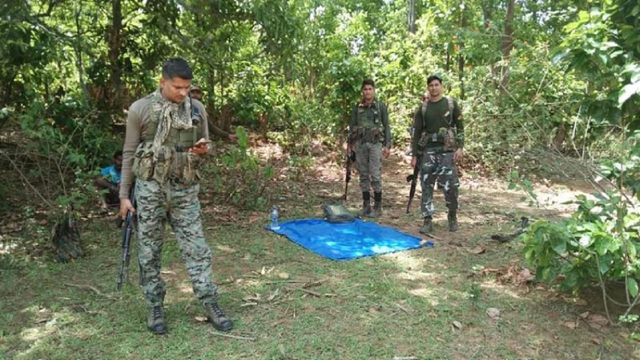 Jharkhand: गुमला में हुई नक्सली मुठभेड़ के बाद 2 दर्जन से ज्यादा IED बरामद, पुलिस ने दी ये जानकारी