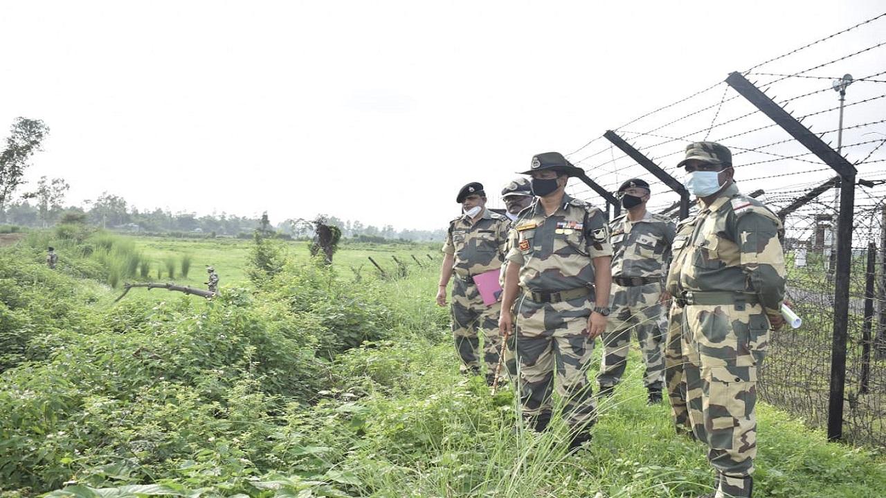 BSF गुवाहाटी फ्रंटियर के महानिरीक्षक संजय सिंह गहलोत ने भारत-बांग्लादेश सीमा का दौरा किया, देखें PHOTOS
