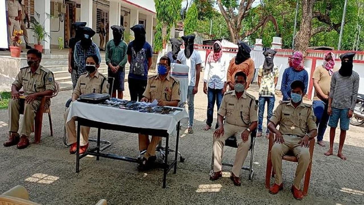 साइबर क्राइम के खिलाफ पुलिस को मिली कामयाबी, ठगी कर रहे 12 अपराधियों को पकड़ा