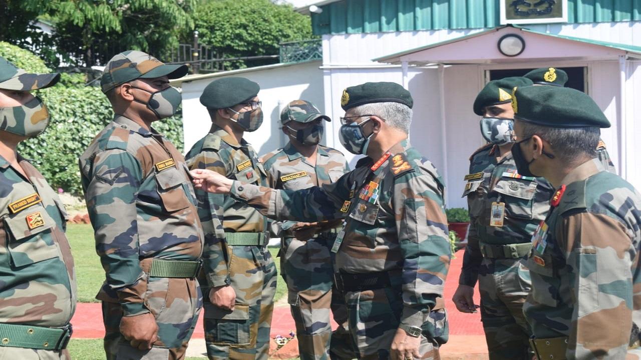 LoC पर सीजफायर के 100 दिन पूरे होने पर जम्मू-कश्मीर पहुंचे Army Chief, लिया हालात का जायजा, देखें PHOTOS