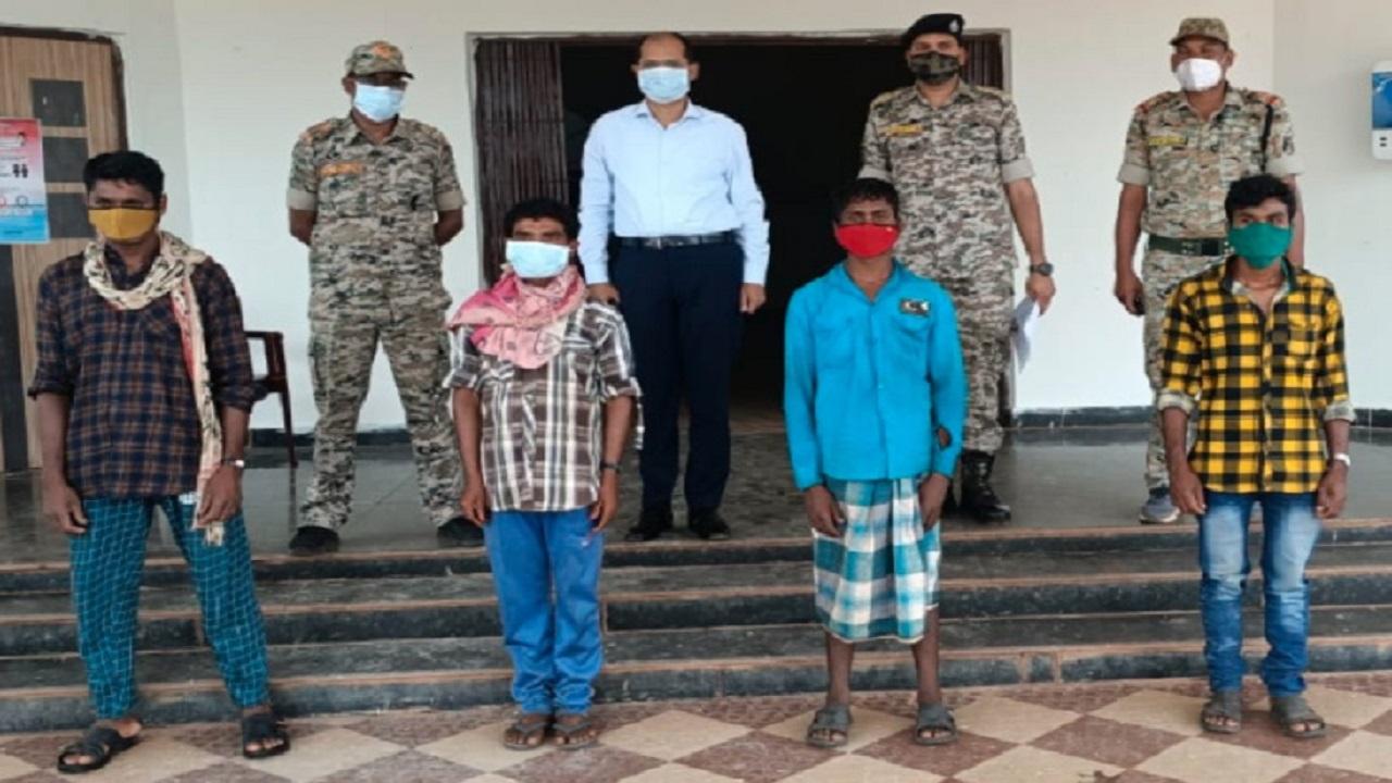 छत्तीसगढ़: दंतेवाड़ा नक्सल प्रभावित इलाकों में 'लोन वर्राटू अभियान' का दिख रहा असर, 1 लाख के इनामी सहित 4 नक्सलियों ने किया सरेंडर