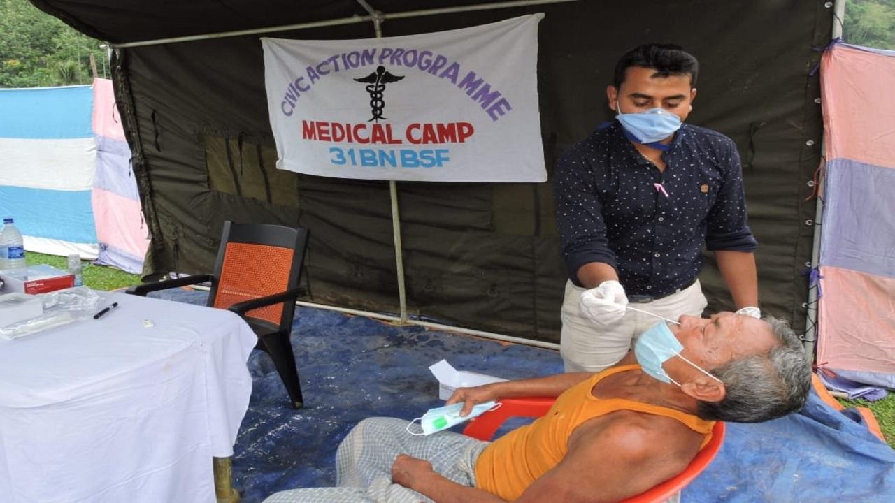 कोरोना महामारी के बीच त्रिपुरा में BSF के जवान ऐसे कर रहे लोगों की मदद, देखें PHOTOS