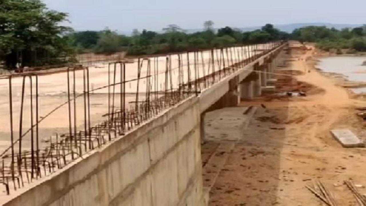 छत्तीसगढ़: नक्सली क्षेत्र में 600 जवानों की निगरानी में बन रहे 4 पुल, 100 गांवों तक पहुंचेगा विकास