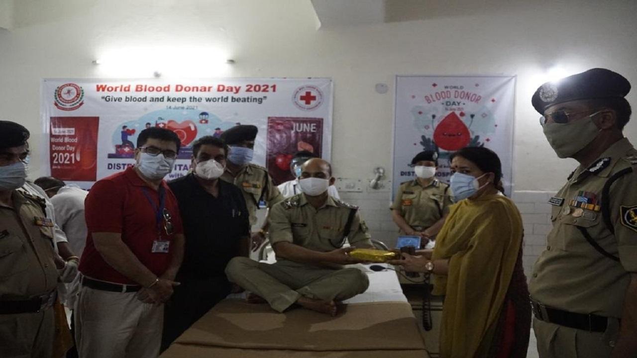 BSF के जवानों के परिवार भी निभा रहे लोगों के लिए अपना फर्ज, BWWA के सदस्यों ने किया रक्तदान; देखें PHOTOS