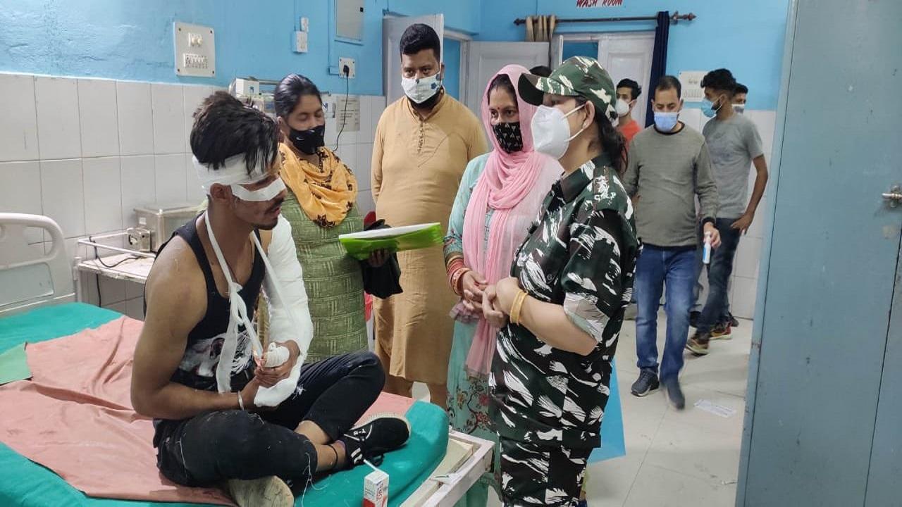 Jammu-Kashmir: रामबन में 70 फीट खाई में गिरी कार, CRPF ने सभी 3 लोगों को बचाया; देखें PHOTOS