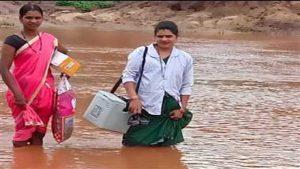 छत्तीसगढ़: नदी-नाले पार करके नक्सली इलाकों में जा रहीं महिला स्वास्थ्यकर्मी, इलाज पहुंचाना है लक्ष्य