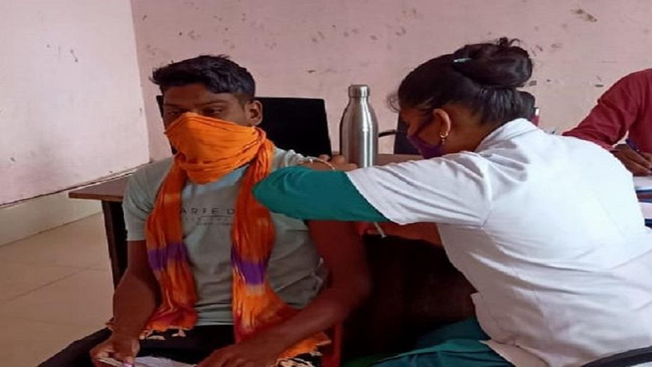 दंतेवाड़ा: सरेंडर कर चुके नक्सलियों का हुआ वैक्सीनेशन, लगी Covishield की पहली डोज