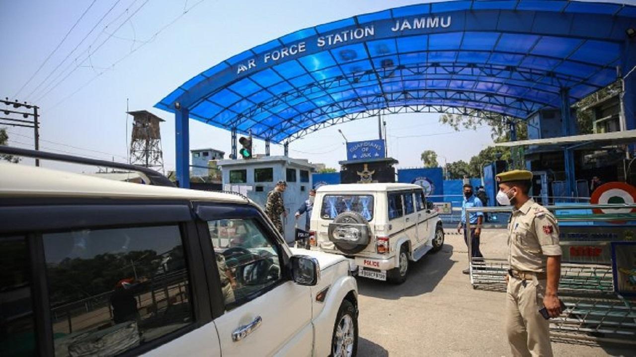 जम्मू एयरफोर्स स्टेशन धमाका: पाक सेना के अधिकारियों ने रची थी हमले की साजिश, धमाके के लिए हल्के ड्रोन का किया इस्तेमाल