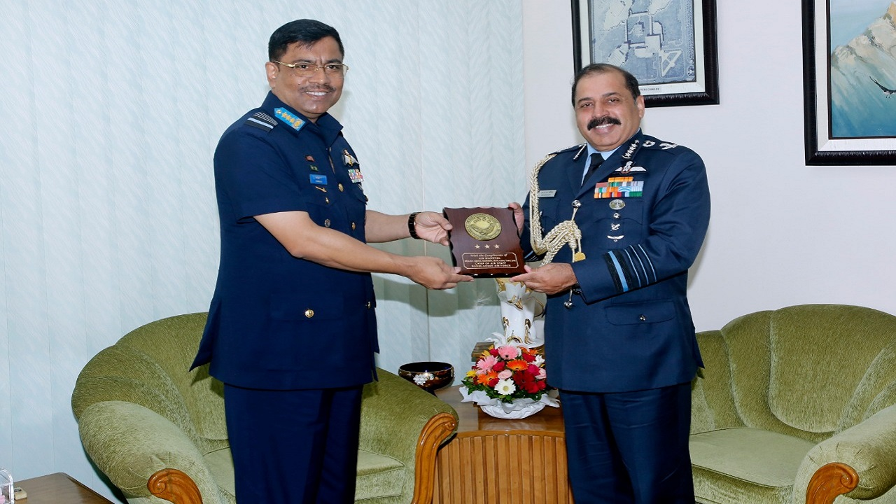 बांग्लादेश की तीन दिवसीय यात्रा पर भारतीय वायु सेना प्रमुख, दोनों देशों के बीच रक्षा सहयोग मजबूत करने की कोशिश