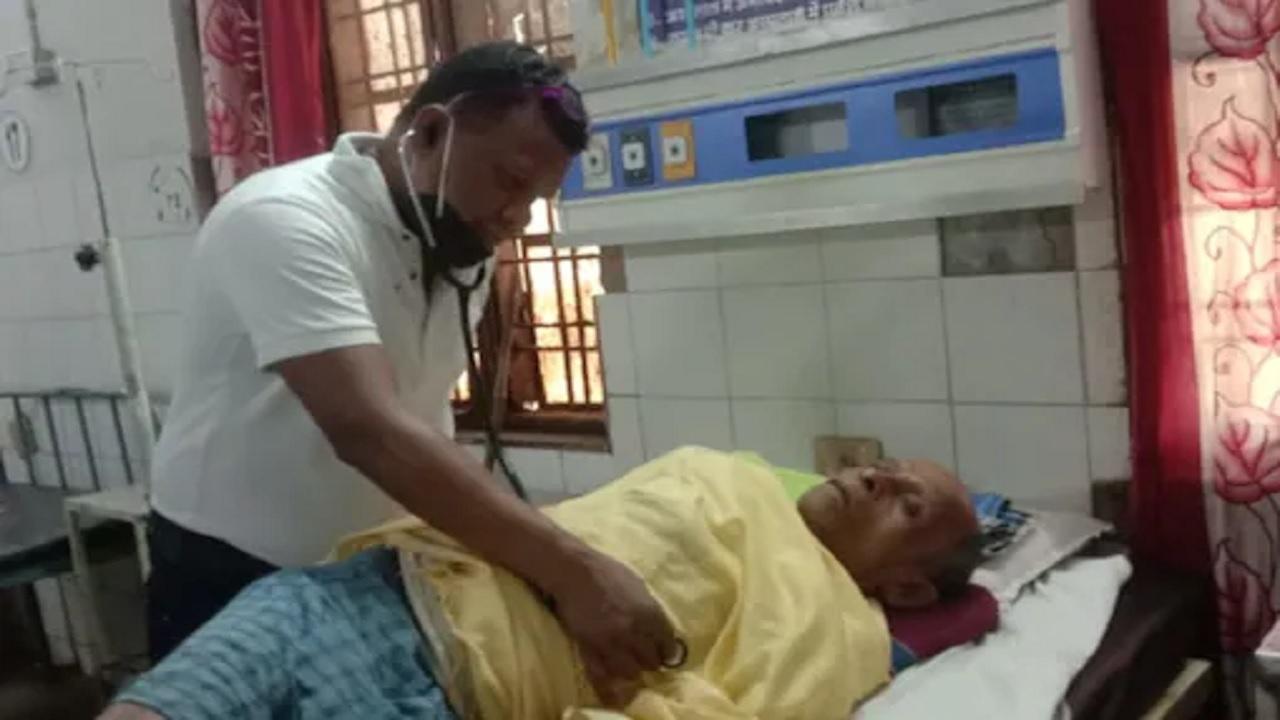 डॉक्टर्स डे स्पेशल: नक्सलियों के निशाने पर है पूरा परिवार, फिर भी दंतेवाड़ा में सेवाएं दे रहे डॉ विजय कर्मा