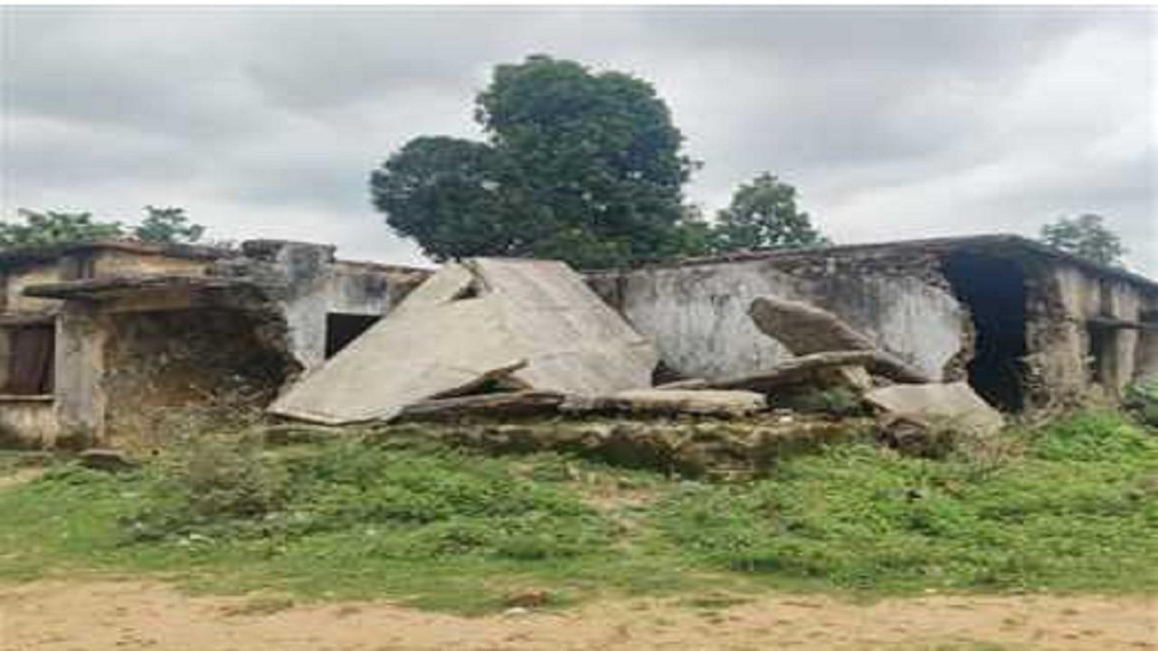 छत्तीसगढ़: 13 साल पहले नक्सलियों ने बौखलाहट में तोड़ दी थी स्कूल की बिल्डिंग, आज भी पड़ा है मलबा, ये है वजह