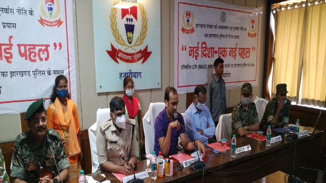 झारखंड: हजारीबाग में बड़ी सफलता, एक लाख के इनामी समेत 3 नक्सलियों ने किया सरेंडर