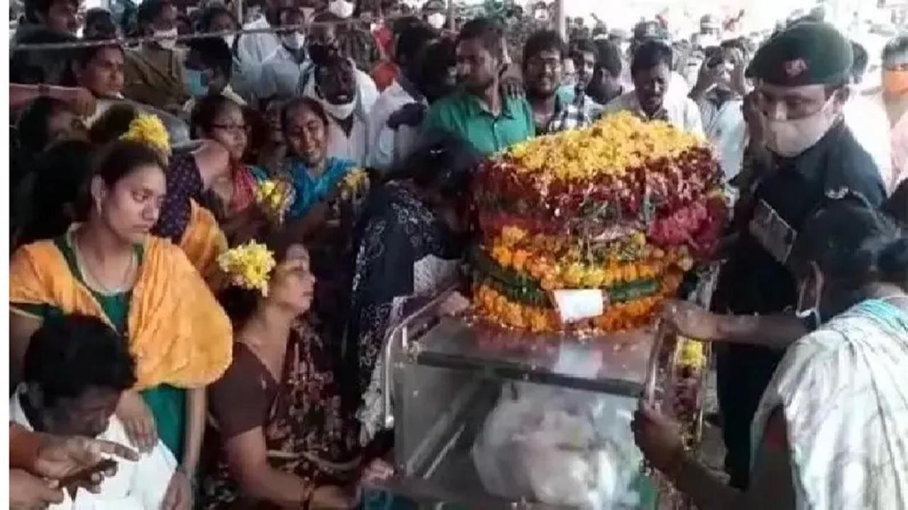 जम्मू-कश्मीर में शहीद हुए 23 साल के जवान जसवंत रेड्डी, शनिवार को गांव पहुंचा जवान का पार्थिव शरीर