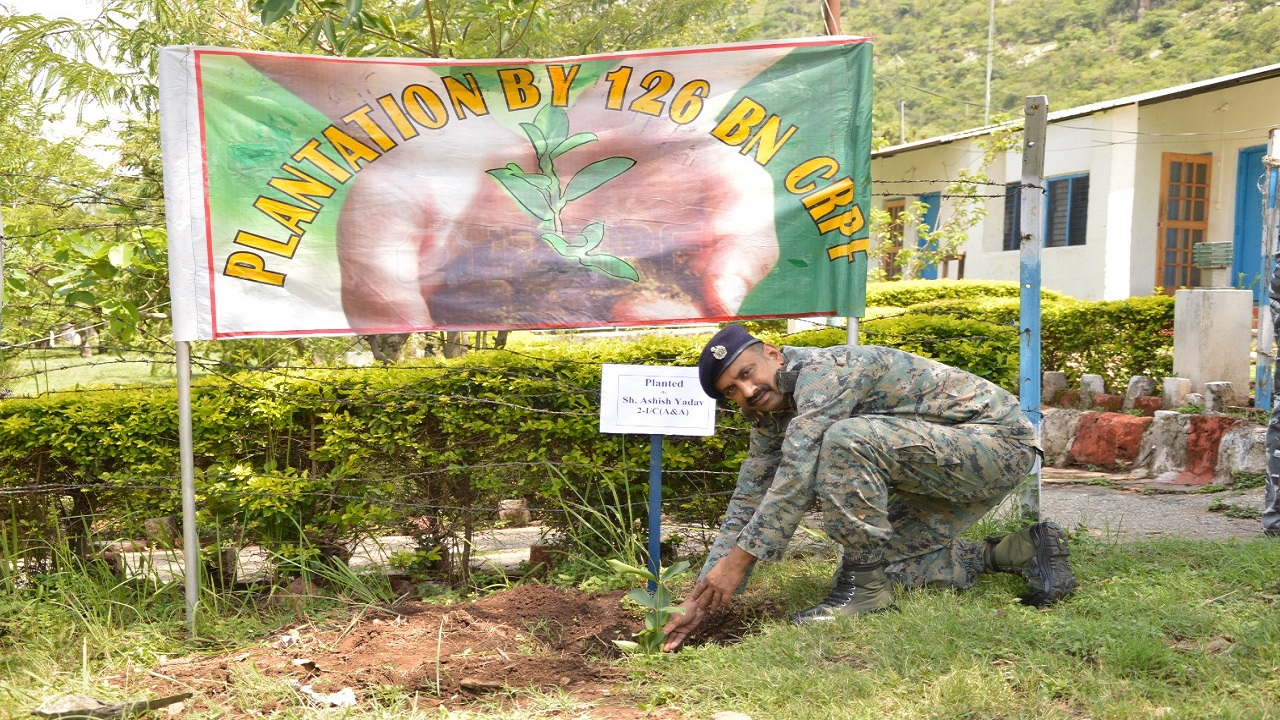 Jammu Kashmir: CRPF की 126वीं बटालियन ने पर्यावरण बचाने के लिए लगाए पौधे, देखें PHOTOS