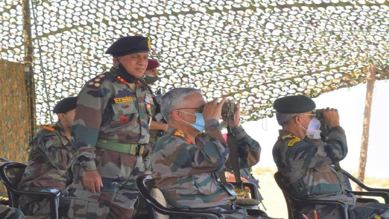 आर्मी चीफ जनरल एमएम नरवणे पहुंचे जैसलमेर, पोखरण फायरिंग रेंज में लिया सेना की तैयारियों का जायजा; देखें PHOTOS