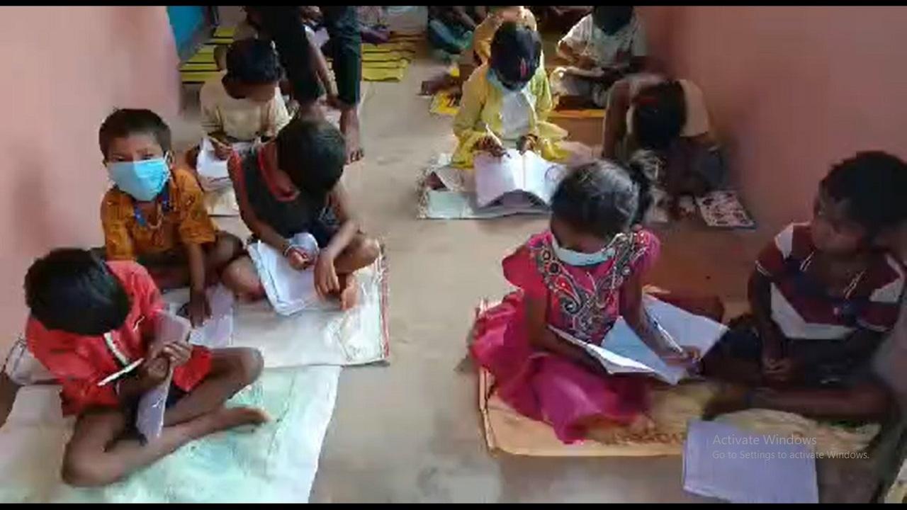 झारखंड: गुमला जिले में युवा छात्रों की सराहनीय पहल, गरीब आदिवासी बच्चों को दे रहे नि:शुल्क शिक्षा