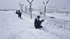 कड़ाके की ठंड, हफ्तों तक नहीं मिलती बिजली; ऐसे मुश्किल हालातों में भी सरहद पर डटे हैं Indian Army के जवान
