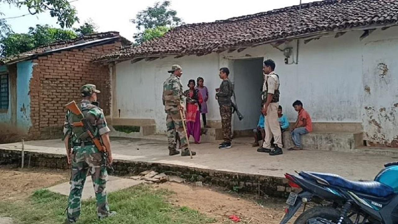 झारखंड: गुमला में पुलिस कर रही नक्सलियों से सरेंडर करने की अपील, अधिकारियों ने घर जाकर की परिजनों से बात