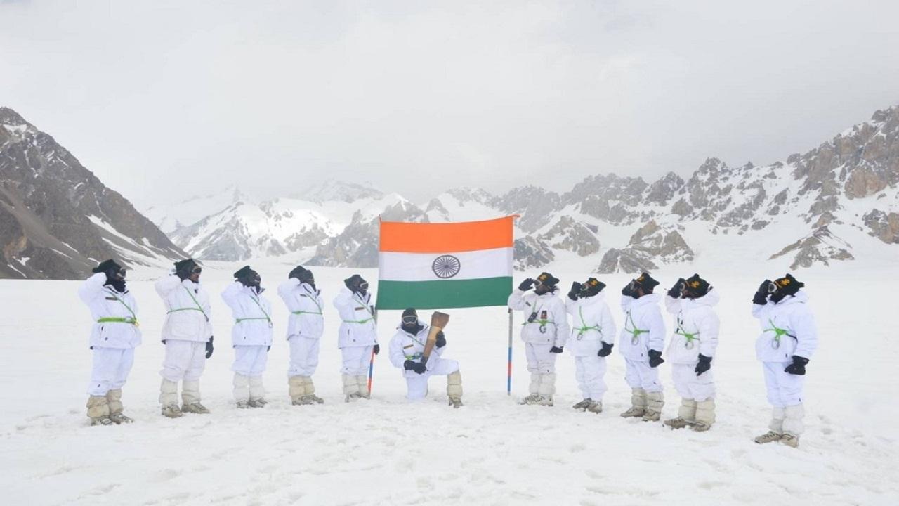 1971 भारत-पाक युद्ध के 50 साल पूरे होने पर स्वर्णिम विजय मशाल सियाचिन ग्लेशियर पहुंची