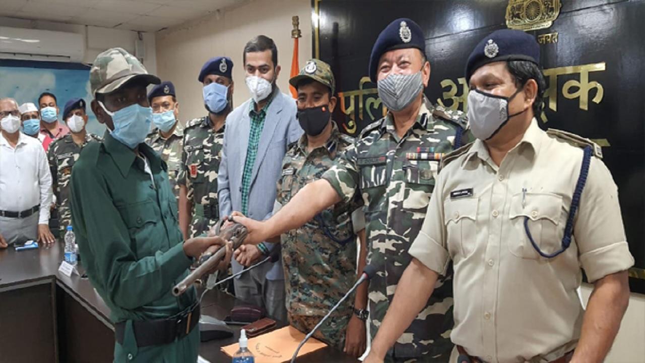 झारखंड: दुमका में पुलिस को बड़ी कामयाबी मिली, हार्डकोर नक्सली गंगा राय ने किया सरेंडर