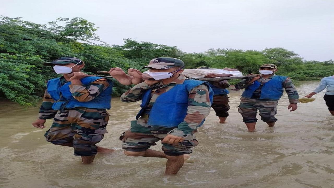 Indian Army ने मध्यप्रदेश के ग्वालियर और दतिया जिलों के बाढ़ में फंसे लोगों को बचाया, देखें PHOTOS