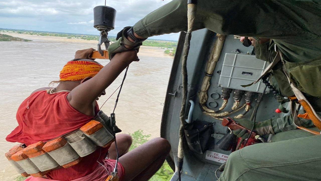 एमपी में बाढ़ में फंसे लोगों को निकालने के लिए Indian Air Force ने संभाला मोर्चा, देखें PHOTOS