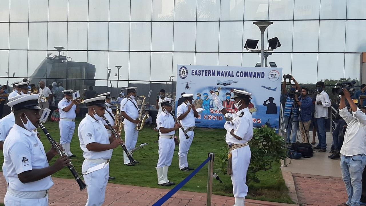 Indian Navy के बैंड ने कोरोना वॉरियर्स को किया याद, विशाखापत्तनम में किया लाइव शो, देखें PHOTOS