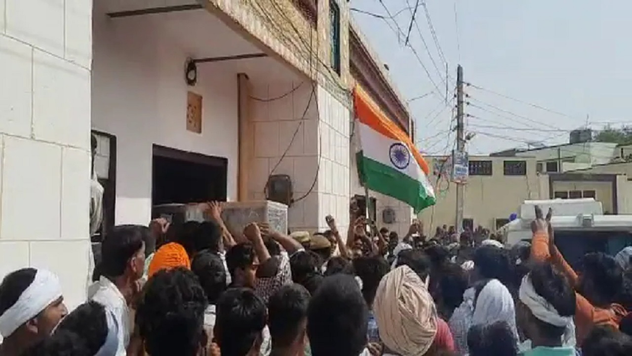 हरियाणा: पैतृक गांव पहुंचा शहीद सुरेंद्र का पार्थिव शरीर, जम्मू कश्मीर में आतंकियों से हुई थी मुठभेड़