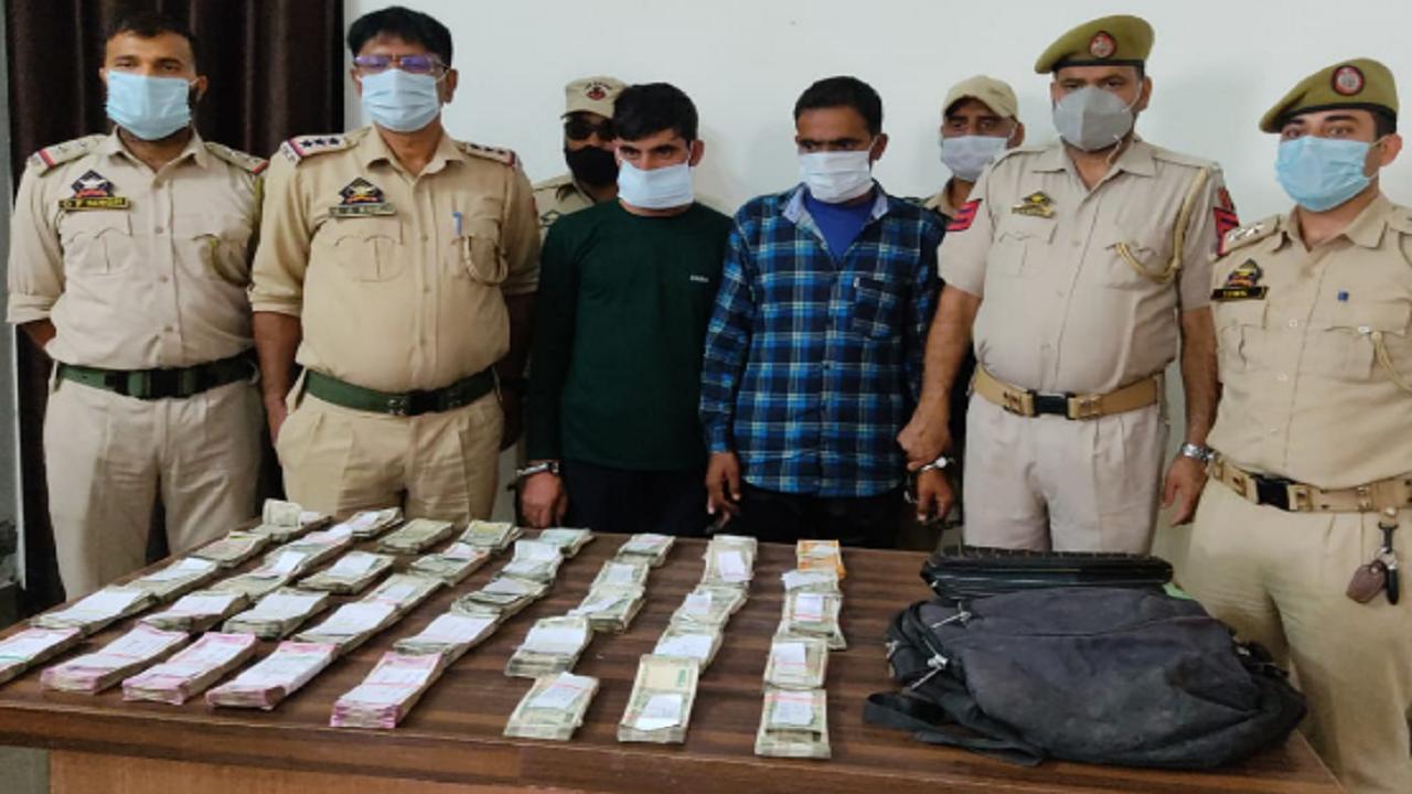 जम्मू कश्मीर: टेरर फंडिंग के आरोप में 25 लाख कैश के साथ दो युवक गिरफ्तार, पुलिस ने किया हवाला रैकेट का पर्दाफाश