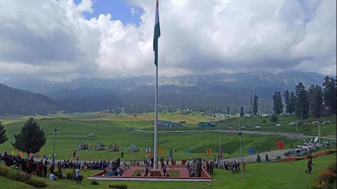 जम्मू कश्मीर: 15 अगस्त से पहले भारतीय सेना ने अनोखे अंदाज में मनाया आजादी का जश्न, गुलमर्ग में फहराया 100 फीट ऊंचा तिरंगा