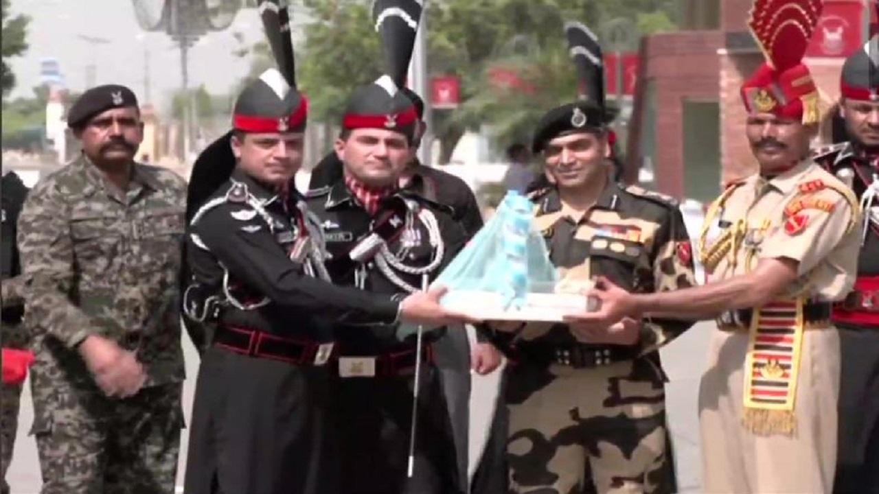 पाकिस्तान के 75वें स्वतंत्रता दिवस के मौके पर भारत और पाकिस्तान के सैनिकों ने एक-दूसरे को भेंट की मिठाइयां, देखें PHOTOS