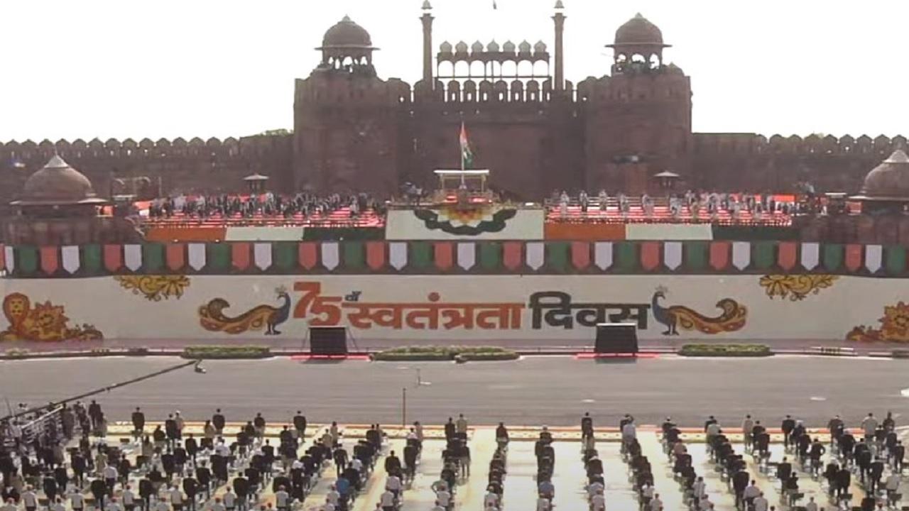 Independence Day 2021: देश मना रहा 75वां स्वतंत्रता दिवस, प्रधानमंत्री ने लाल किले पर फहराया तिरंगा