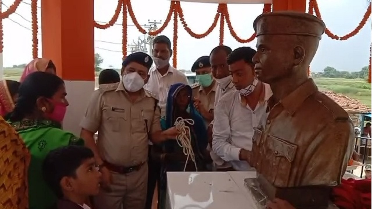 झारखंड: पलामू में एसपी ने किया शहीद अंगेश की प्रतिमा का अनावरण, भावुक पत्नी हुईं बेहोश