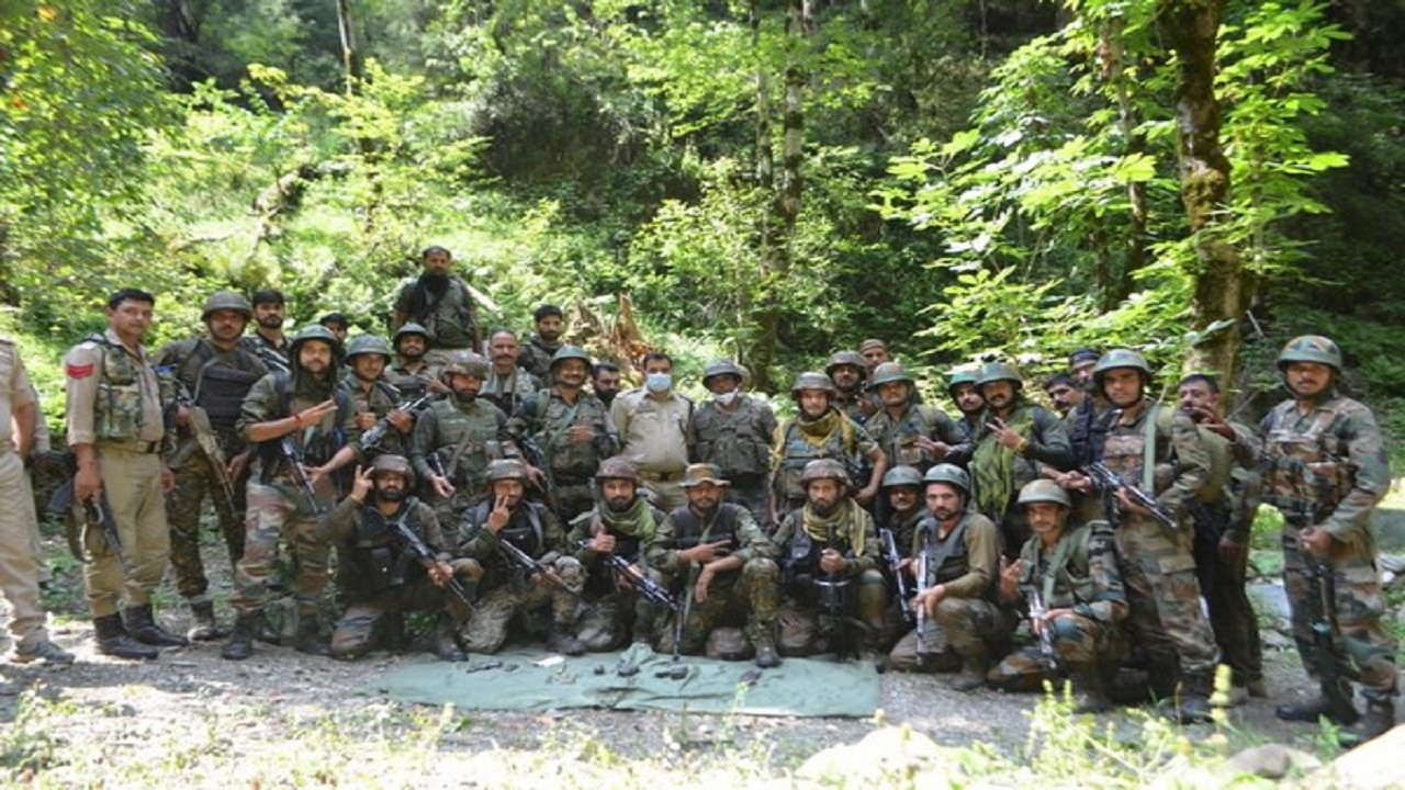 जम्मू कश्मीर: किश्तवाड़ में सुरक्षाबलों को मिली बड़ी कामयाबी, हिजबुल के 2 आतंकियों को हथियार के साथ दबोचा